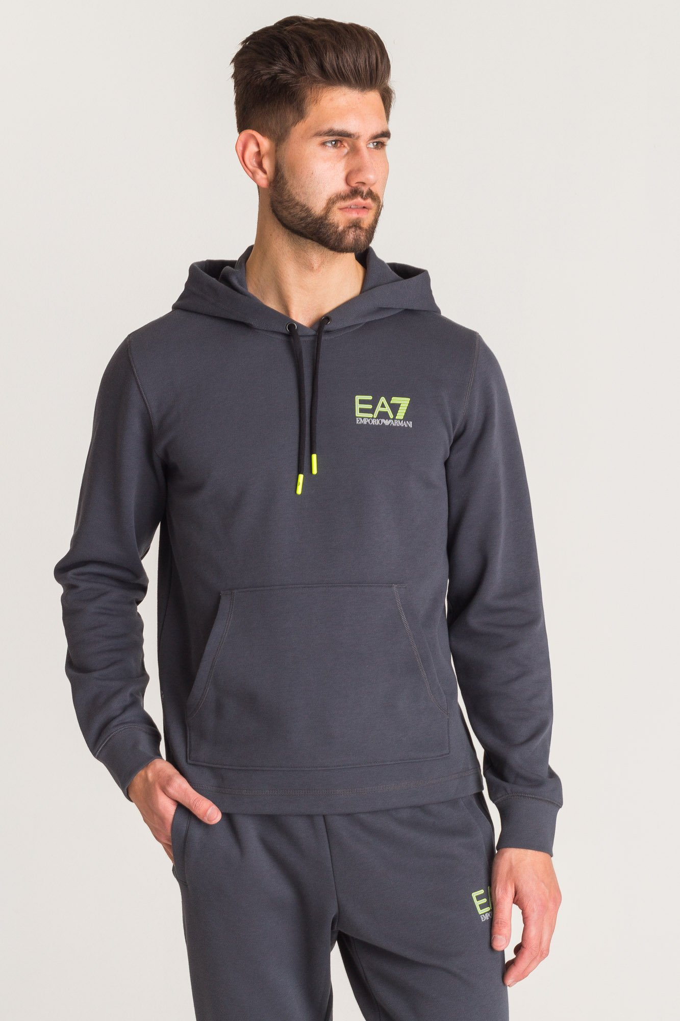 38850f07509b ... Antracytowa bluza EA7 z odblasokowo-jaskrawym nadrukiem ...