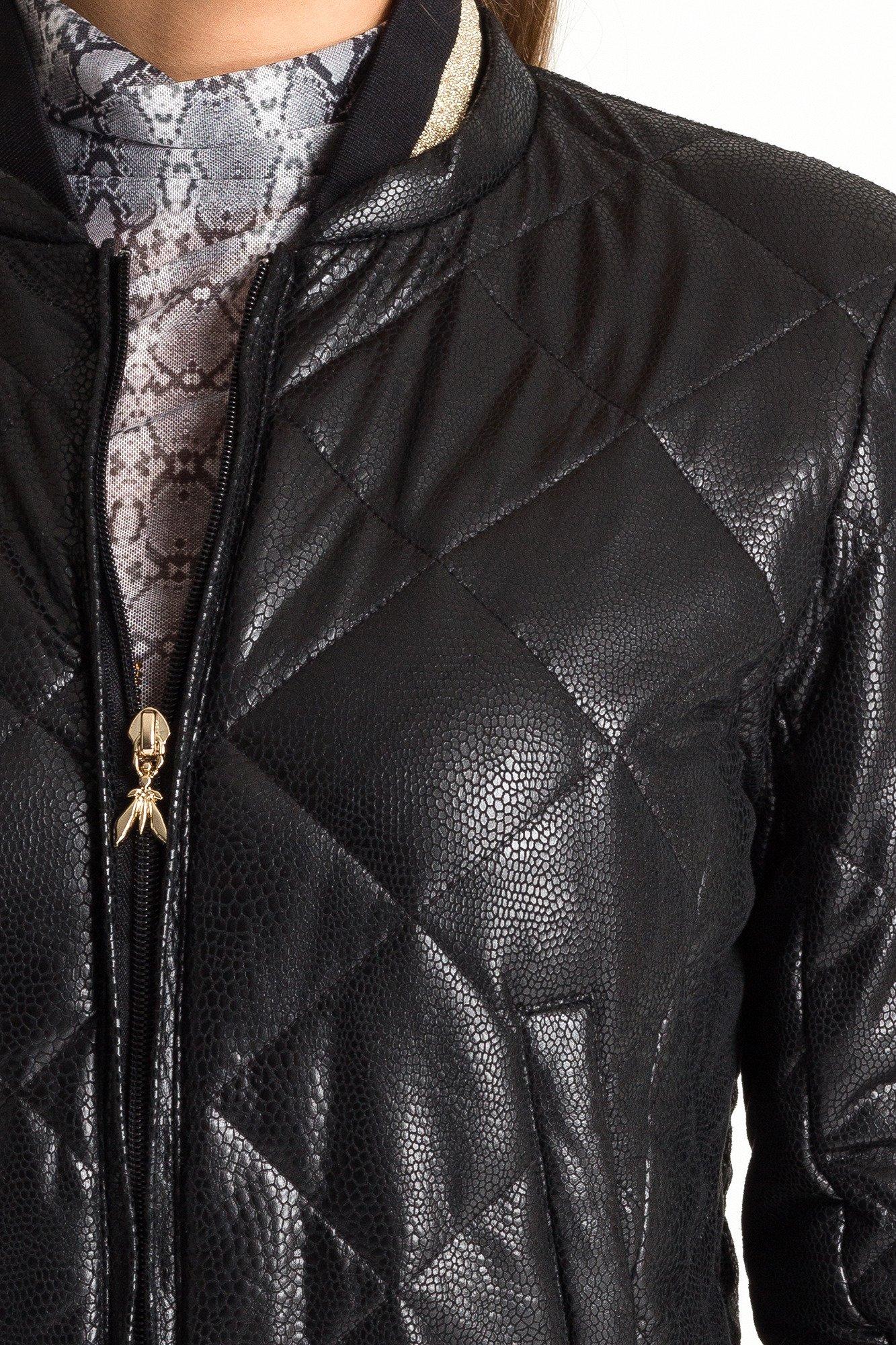 Czarna pikowana kurtka damska we wzór skóry węża