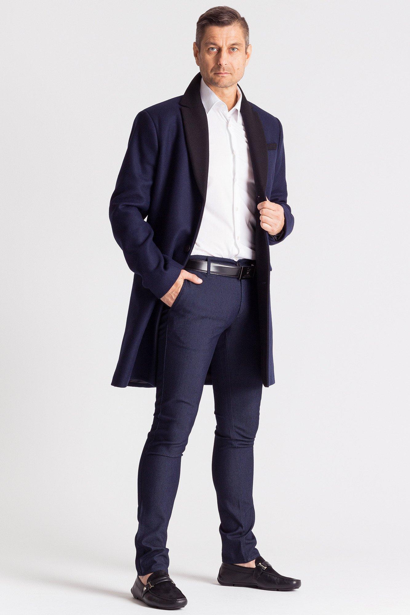 Płaszcz męski Top Secret z kolekcji jesień-zima Prosty, długi płaszcz męski ze stójką. Bawełniany płaszcz z domieszką tworzywa, idealny na chłodniejsze dni, doskonale sprawdzi się w codziennych męskich stylizacjach.
