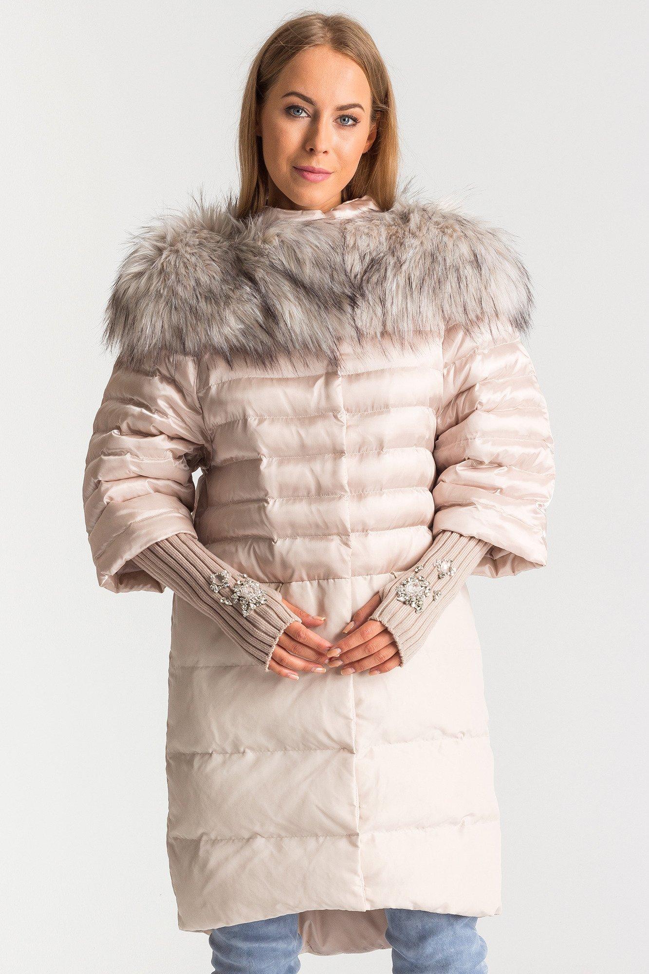 Płaszcz jesienny, elegancki fason dopasowany do sylwetki. Wysoka jakość wykonania. Elegancki płaszcz damski, ocieplany czarny. Płaszcz jesienny, elegancki fason dopasowany do sylwetki. Wysoka jakość wykonania. Pikowany wewnątrz więc cieplutki. Krój perfekcyjny - super leży. Zgodny ze zdjęciem. Dobrze.