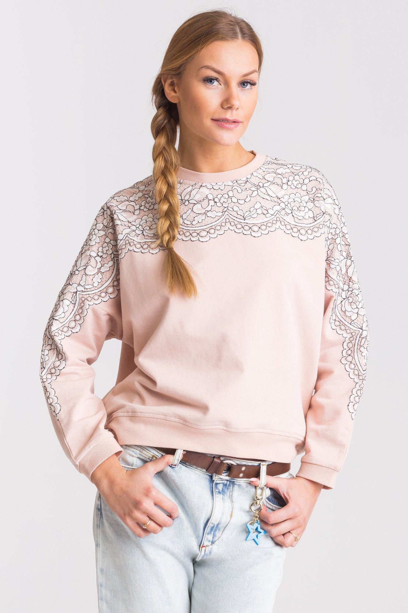 różowa bluza z koronka